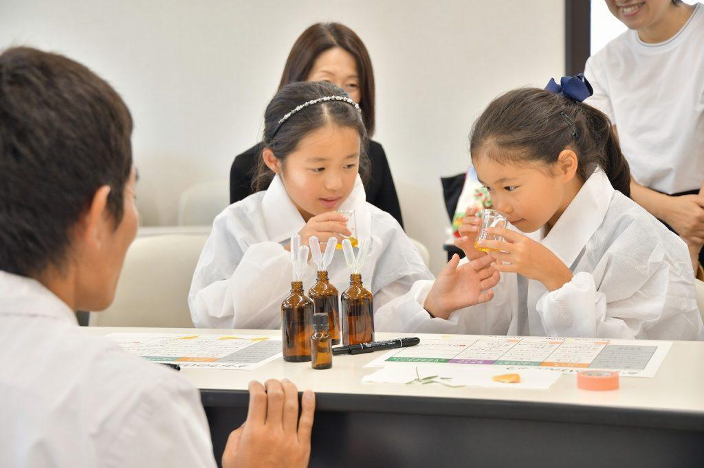 オーガニック精油でアロマデザイナーの子どもお仕事体験